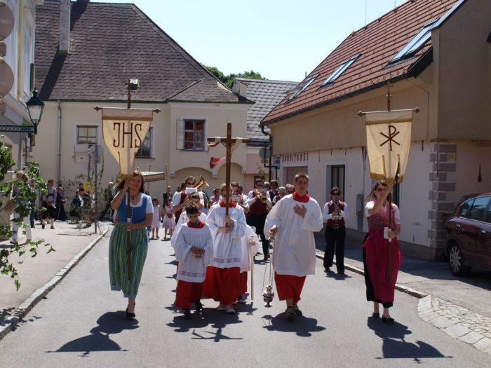 Zu Fronleichnam gehen Christen zu Prozessionen auf die Straßen.
